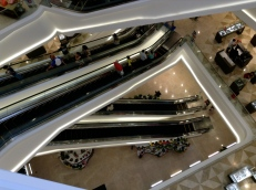 criss-crossing consumers in what is supposedly the biggest shopping center in the latin world. Querétaro, Querétaro