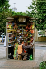 After a few cars running into his stand, this street vendor takes precautions, Bogotá