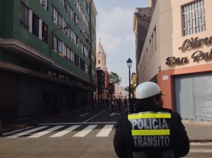A transit policewoman hopelessly looks for some transit to police. Lima